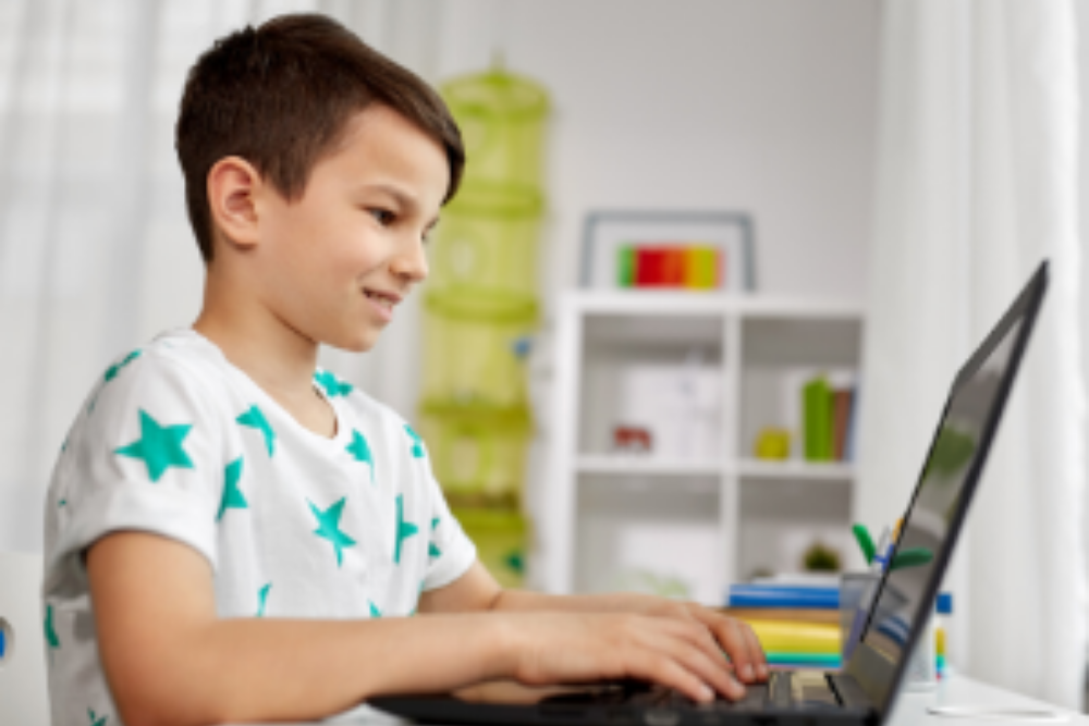 A student enjoying French online school support